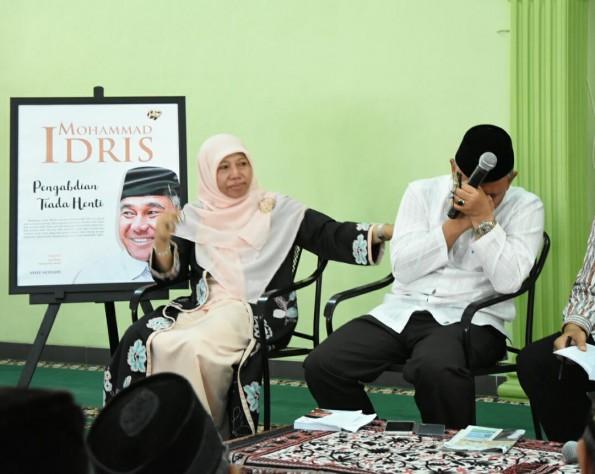 Bunda Elly Farida mencoba menenangkan Mohammad Idris yang tengah menangis haru.