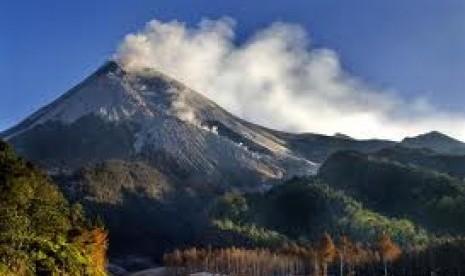Gunung Marapi di Sumatera Barat ini dua kali melutus dalam hari yang sama. Masyarakat diminta waspada.