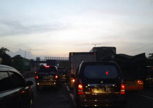 Tol Cikampek arah di Jakarta di KM 66 macet sejak dinihari karena banyak yang istirahat di res area.