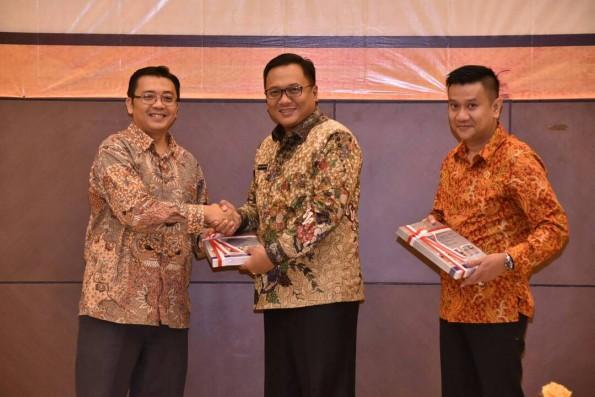 Wakil Walikota Depok Pradi Supriatna menerima penghargaan. Opini WTP dari BPK Perwakilan Jabar di Bandung,