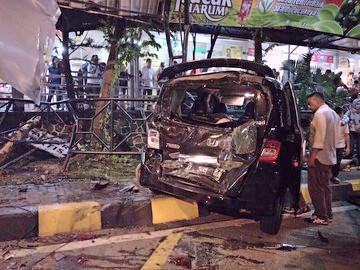 Inilah salah satu dari 6 mobil yang ditabrak truk Crane di rest area.