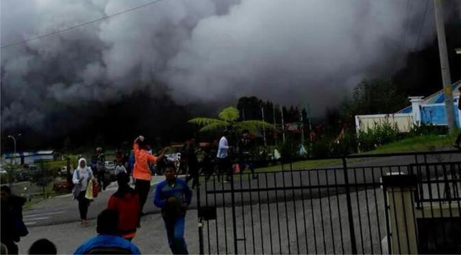 Kawah Silederi Dieng tiba-tiba melutus saat wisatawan ramai di situ.