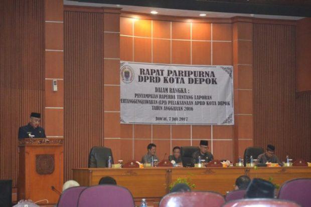 Walikota Depok Mohammad Idris sedang menyampaikan realisasi APBD tahun 2016 pada Sidang Paripurna DPRD Kota Depok.