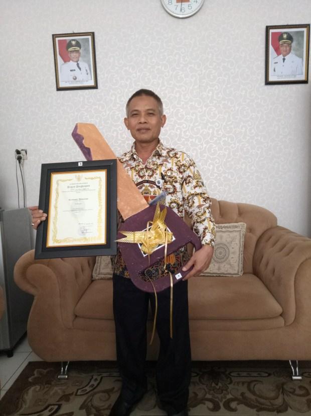 Camat Sukmajaya Taufan Abdul Fatah foto bersama dengan hadiah yang diperolehnya.