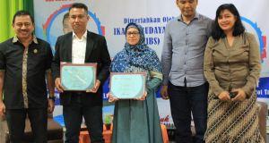Wakil Ketua Kadin Kota Depok,  Desfandri (kiri) foto bersama dengan pembicara dan moderator seminar kiat bisnis.