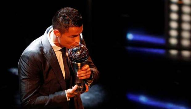 Christiano Ronaldo terpilih kembali sebagai pemain terbaik versi FIFA. (reuter)