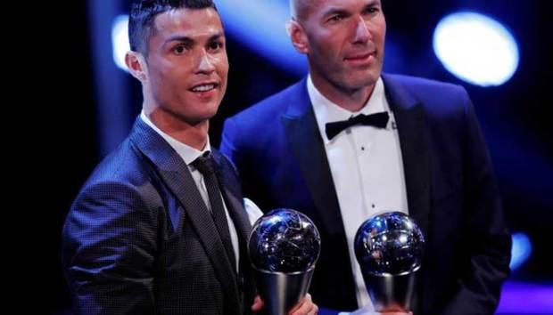 Zidane (kanan), pelatih terbaik 2017 berfoto bersama pemain terbaik, Ronaldo. (reuters)