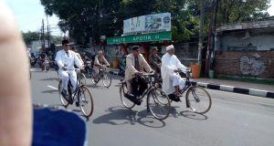 Walikota dan Wakil Walikota Depok menggayuh sepeda ontel   menuju taman makam pahlawan.