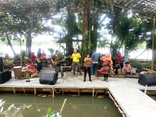 Inilah panggung terampung Pagelaran Situ Jazz di pinggir Situ Sawangan Depok.