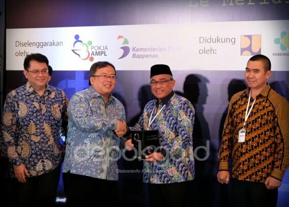 Walikota Depok meraih penghargaan dari Bappenas.