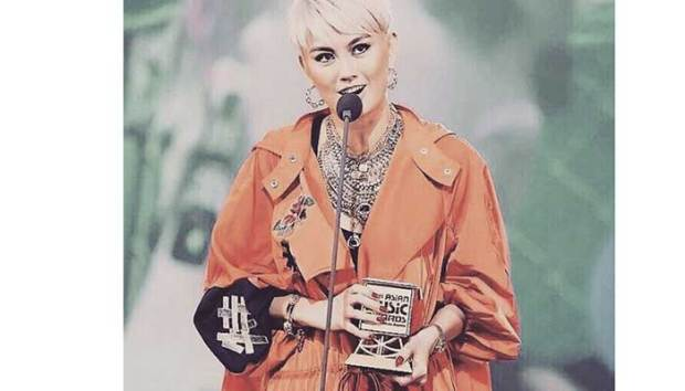 Agnez Mo meraih penghargaan MAMA 2017 di Vietnam.