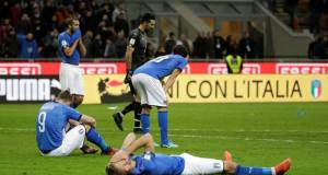 Pemain Timnas Italia tampak lemas begitu gagal mengalahkan mmmm sehingga Italia gagal ikut Piala Dunia di Rusia 2018 mendatang. (reuter)
