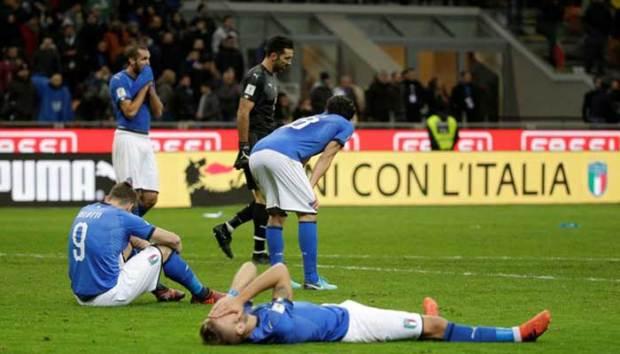 Pemain Timnas Italia tampak lemas begitu gagal mengalahkan Swedia sehingga Italia gagal ikut Piala Dunia di Rusia 2018 mendatang. (reuter)