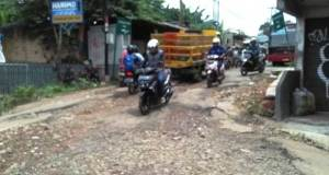 Inilah jalan dekat Tugu Batu Sawangan yang rusak parah dan segera diperbaiki.