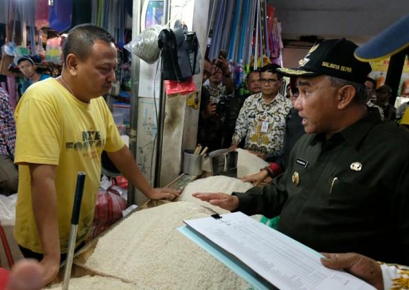 Walikota Depok Mohammad Idris meninjau Pasar Sukatani.