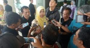 Kadinkes Depok Lies Karmawati menjawab pertanyaan wartawan usai bertemu dengan manajemen RS Bunda Aliyah.