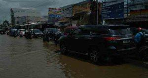 Hujan deras di Bogor membuat Kali Mampang meluap dan menggenangi sejumlah ruas di kawasan Mampang, Pancoranmas, Kota Depok.