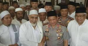 Kapolri Jenderal Tito Karnavian berkunjung ke rumaj Habib Abu Bakar di Beji. Depok.