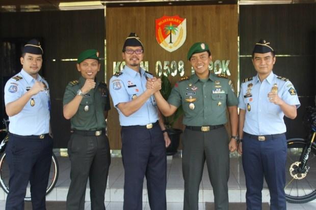 Kepala Imigrasi Kelas II Kota Depok Dadan Gunawan melakukan salam komando dengan Dandim 0508/Depok, Letkol Iskandarmanto.