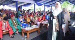 Walikota Depok bersama pejabat lainnya menyaksikan lomba fashion show on The street di Balaikota Depok.
