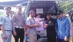 Walikota Depok ikut memeriksa surat kendaraan yang terjaring operasi gabungan.