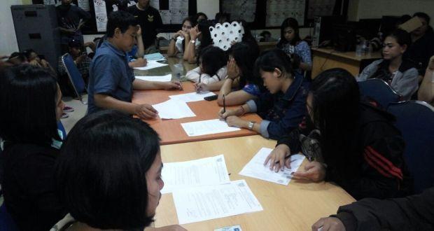 Polisi sedang mendata perempuan ABG yang diamankan dari sebuh rumah karaoke di Bojonggede.