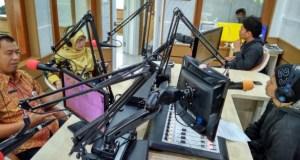 Sidik Mulyono, Ketua Panitia HUT ke 19 Kota Depok menjelaskan rangkaian kegiatan di salah satu radio.