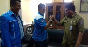 Ketua DPD KNPI Kota Depok Friansyah salam komando dengan Kepala Disporyata Kota Depok,  Wijayanto.