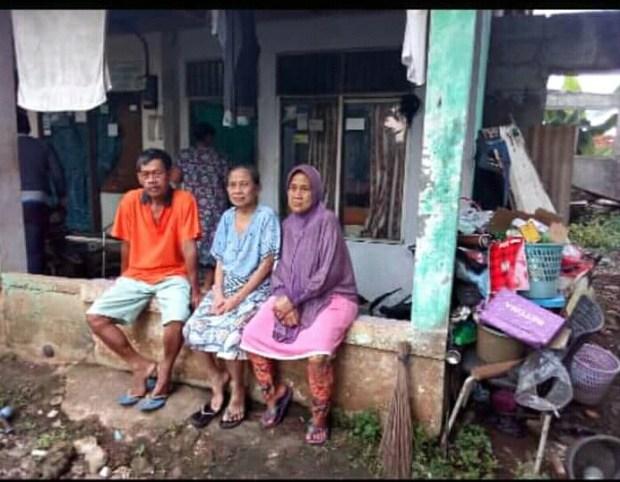 Keluarg ini masih bertahan di rumah ini meskipun jalan tol hanya beberapa jengkal dari rumah mereka.