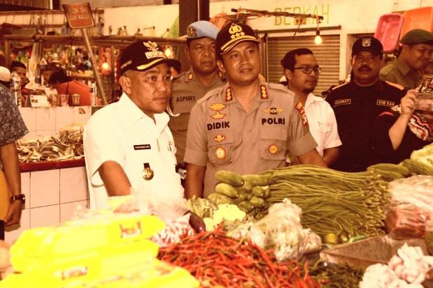 Walikota Depok Mohammad Idris bersama Kapolres Kombes Didik Sugiarto meninjau pasar Sukatani.