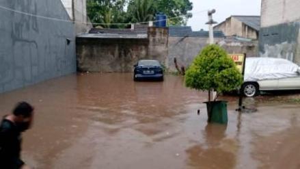 Perumahan Vila Anri di Mampang, Pancoran Mas kerendam banjir akibat jebolnya tanggu kali Pesanggarahan.