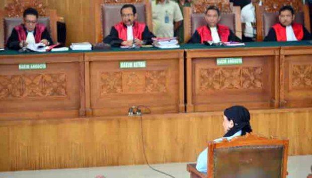 Terdakwa terorisme, Aman Abdurrahman akhirnya divonis hukuman mati seseuai tuntutan jaksa penuntut umum.