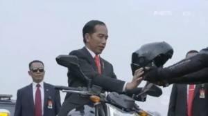 Presiden Jokowi bikin heboh karena naik motor membuka Asian Games di Gelora Bung Karno.