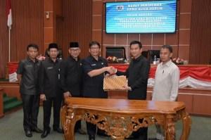 Sekda Kota Depok Hardiono menerima persetujuan KUPA dan PPAS-P dari Ketua DPRD Kota Depok Hendrik Tangke Allo.