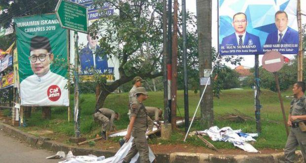 Bawaslu bekerjasama dengan Satpol PP menertibkan alat peraga kampanye yang menyalahi aturan.