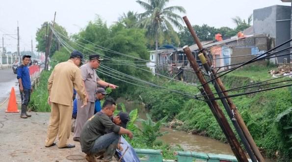 Walikota Depok meninjau pekerjaan akibat hujan deras.