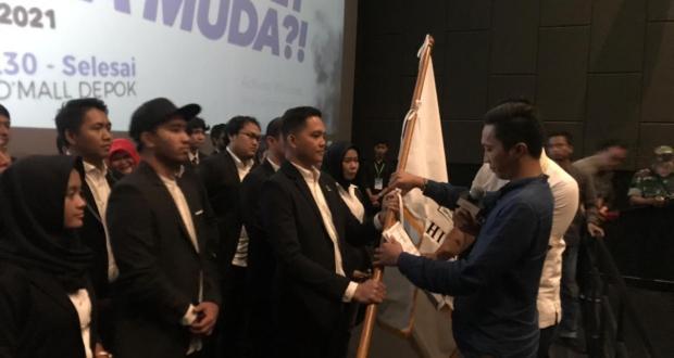 Ketua BPD Hipmi Jabar menyerahkan bendera pataka Hipmi kepada Ketua Hipmi Kota Depok yang baru.