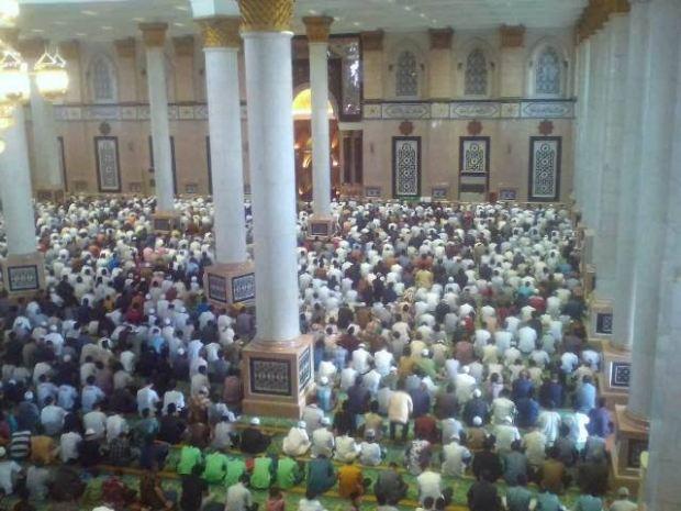 Ribuan orang tampak menyolatkan jenazah Alm. Dian Al Mahri di Masjid Kubah Emas.