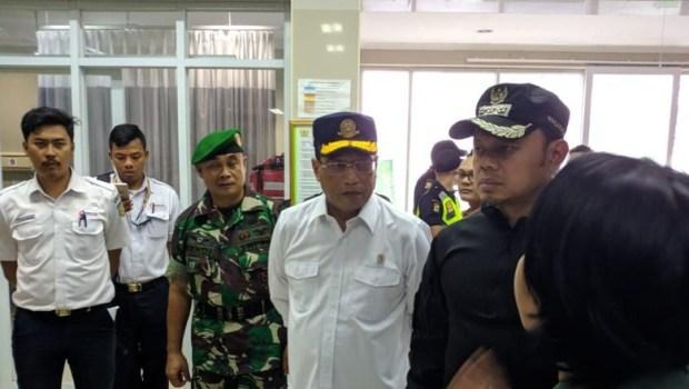 Menteri Perhubungan didampingi Walikota Bogor melihat korban tergulingnya KRL di Kebon Pedas Bogor.