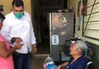 Rafael Mendoza continúa entregando apoyos del programa alimentario emergente para hacer frente a los efectos de la pandemia en la economía familia