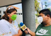 Lola González agradece a Virgilio Mendoza, la donación de 500 caretas de acrílico al personal del Hospital General de Tecomán