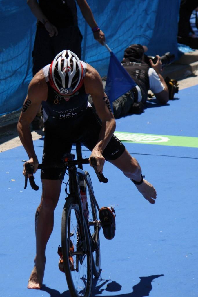 Tras la natación, cambio al ciclismo.