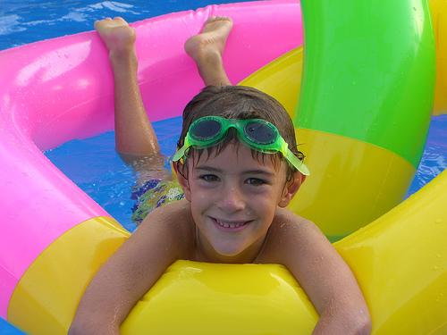 La natación favorece el crecimiento y estimula el desarrollo físico y psíquico en los niños (Foto: Yatmandu en Flickr).