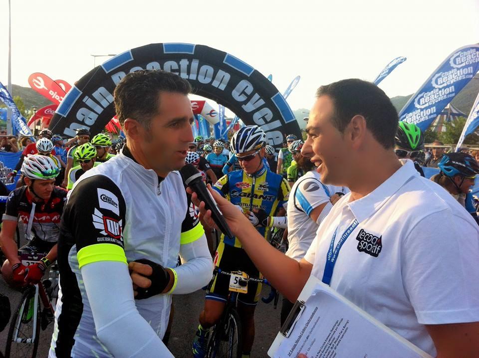 Alberto Montenegro entrevistando a una leyenda del ciclismo, Miguel Indurain.