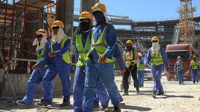 Las organizaciones humanitarias han denunciado las condiciones laborales de los trabajadores en la construcción de los estadios cataríes.