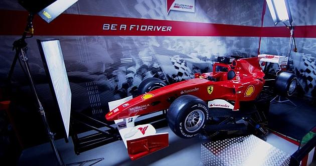 Los visitantes de The Style Outlets Las Rozas pueden probar el único simulador de Ferrari en España.