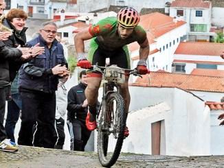 Alberto Trujillo subiendo una empinada calle típica de Jerez de los Caballeros - Tentudía