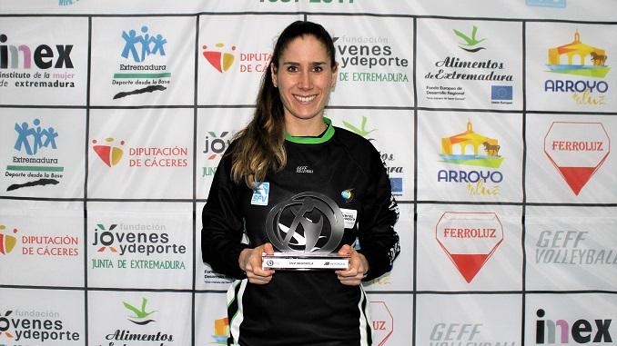 Beatrix Meléndez-Pál, con el trofeo MVP de la jornada 18 - Sant Cugat