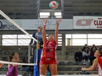 Yohana Rodríguez y Celia Bédmar atentas a la acción entre María Barrasa y Daysa Delgado, Avarca de Menorca