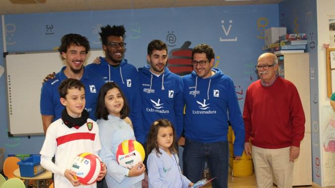 El equipo del Electrocash Extremaura CCPH visita la planta de pediatría del Hospital S.Pedro de Alcántara